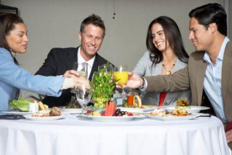 7. Gün: Hani şu okulların eski mezunlarını bir araya getirmek için düzenledikleri pilav günleri var ya, bu günleri de es geçmeyin deriz...  8. Gün: Öğlen yemeklerini işyerinde yemek yerine (masanızda oturarak bir erkek bulamayacağınız kesin) kalabalık bir restorana gidin. Yakışıklı bir erkeğin yanına oturun ve onunla göz teması kurmaya çalışlın.